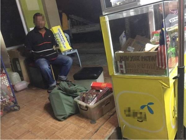 Antara premis yang digempur polis kerana disyaki menjual rokok seludup di sekitar Kampung Baru Subang, Sungai Buloh malam tadi.