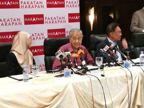 Dr Mahathir mengadakan sidang media pada program Temu Rapat Bersama Ahli Parlimen Pakatan Harapan dan Warisan Formula 2020: Selangkah ke hadapan bersama Pakatan-Warisan di The Saujana Hotel, Shah Alam. -Foto Sinar Harian