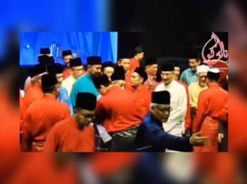Antara pemimpin yang naik ke pentas selepas Dr Mahathir menyampaikan amanat beliau.
