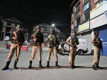Anggota paramilitari India berkawal di Srinagar, ibu kota Kashmir ditadbir India pada Ogos lalu. -Foto AFP
