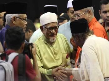 Abdul Hadi tiba di Stadium Melawati untuk bersama-sama mengikuti Kongres Maruah Melayu di Stadium Malawati di sini hari ini. - Foto ASRIL ASWANDI SHUKOR