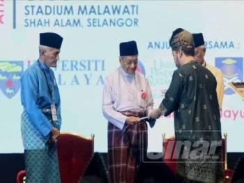 Dr Mahathir menerima resolusi Kongres Maruah Melayu di Stadium Melawati di Shah Alam hari ini. - Foto ASRIL ASWANDI SHUKOR