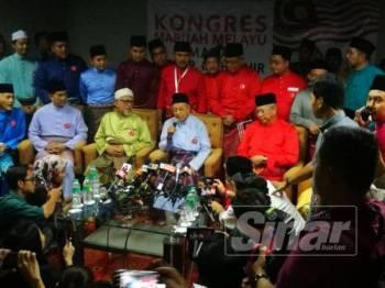 Dr Mahathir (tengah) bersama Hadi (kiri) dan Annuar (kanan) pada sidang media di akhir KMM di Stadium Melawati Shah Alam di sini hari ini.