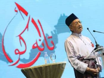 Dr Mahathir Mohamad ketika berucap pada Kongres Maruah Melayu di Stadium Malawati, hari ini.  -Foto Sinar Harian ASRIL ASWANDI SHUKOR