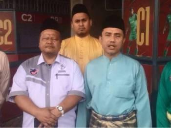 Aminuddin (kanan) memberi kenyataan dalam Facebook live, hari ini.