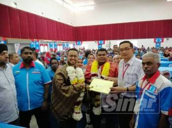 Farhash Wafa menerima 2,234 borang kemasukan ahli baharu Cabang Tambun daripada Ketua Ranting Kampung Kanthan Baru, Terence Ng. -Foto Sinar Harian