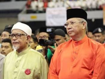 Annuar bersama Datuk Seri Abdul Hadi Awang ketika menghadiri Kongres Maruah Melayu di Stadium Melawati, di sini, hari ini. -Foto Facebook Annuar Musa