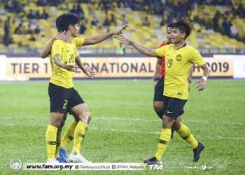 Syafiq (kiri) meraikan jaringannya bersama Akhyar di Stadium Nasional, Bukit Jalil semalam.
