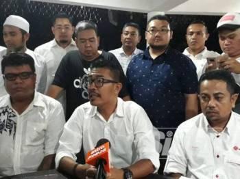 Mohd Fadzil (duduk, tengah) bersama seluruh kepimpinan Pemuda UMNO Kedah pada sidang media semalam.
