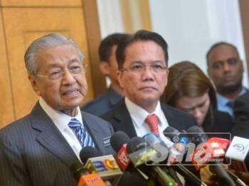 Dr Mahathir bercakap pada sidang akhbar di lobi Parlimen di sini hari ini. - FOTO SHARIFUDIN ABDUL RAHIM
