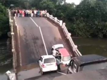 Jambatan runtuh di Junagadh. - Foto India Today