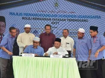 Ahmad Samsuri (tengah) menyaksikan majlis menandatangani dokumen usahasama KKYT bersama badan dan agensi kerajaan.