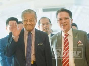 Perdana Menteri, Tun Dr Mahathir Mohamad melambai tangan ketika tiba di bangunan Parlimen di sini hari ini. - FOTO SHARIFUDIN ABDUL RAHIM