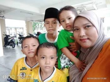 Kenangan... Sofia mendukung Anas (baju hijau) bersama tiga anaknya yang lain.