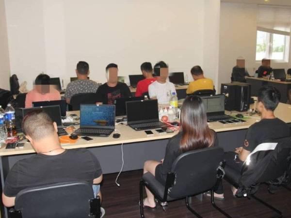 71 lelaki dan lapan wanita adalah warga China manakala enam lelaki serta seorang wanita adalah warga tempatan telah ditahan.