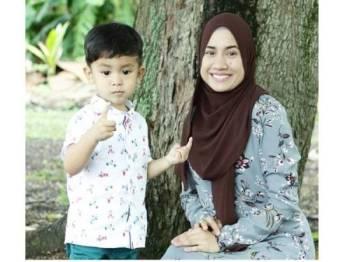 MILA (kanan) bersama anak lelakinya, Mohd Arif Zikri. Foto: @mila_jirin
