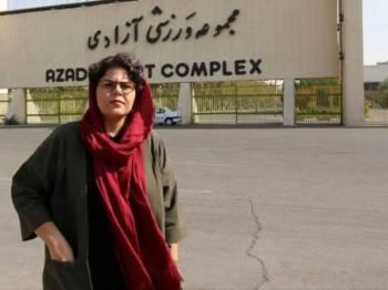 Wartawan sukan Iran, Raha Pourbakhsh di hadapan stadium Azadi di ibu negara Tehran. - Foto AFP