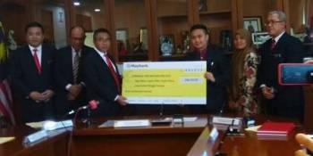 Adly (tiga dari kiri) menerima replika cek fi komitmen yang telah dibayar pemaju kepada LPM ketika majlis menandatangani perjanjian usahasama antara LPM dan Syarikat Delta Diversified Sdn Bhd di Seri Negeri, Ayer Keroh di sini hari ini.