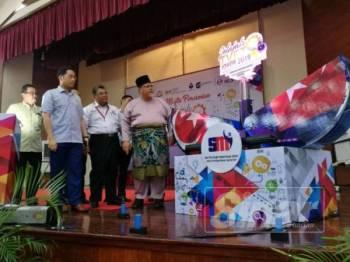 Aminolhuda (kanan) bersama Pengurus Besar Unit Strategik Modal Insan Johor, Saifuddin Abdul Rahim (dua dari kiri) ketika pelancaran majlis penutup Majlis Penutup Program Jelajah TVET Johor 2019 di Maktab Sultan Abu Bakar hari ini.