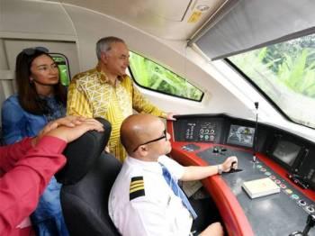 Sultan Perak Sultan Nazrin Shah dan Raja Permaisuri Perak Tuanku Zara Salim berkenan melihat ruang kokpit ETS2 yang menuju ke Stesen Kereta Api Ipoh selepas melancarkan perkhidmatan tren terbaharu itu hari ini. --fotoBERNAMA