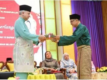 Sultan Perak Sultan Nazrin Shah (kiri) berkenan menyampaikan Anugerah Jasamu Dikenang kepada Megat Aznir Megat Said pada Majlis Anugerah Kecemerlangan Pendidikan Islam peringkat negeri di Institut Tadbiran Islam Perak hari ini. --fotoBERNAMA
