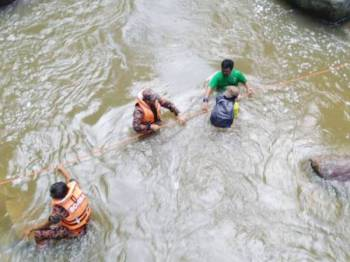 Kerja-kerja menyelamat menggunakan teknik 'water crossing'. -Foto ehsan BBP Setiu