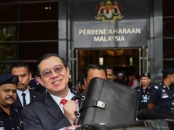 Lim Guan Eng membawa beg berisi teks ucapan pembentangan Belanjawan 2020 dari bangunan kementerian ke Parlimen pada 2.40 petang hari ini. -Foto Bernama