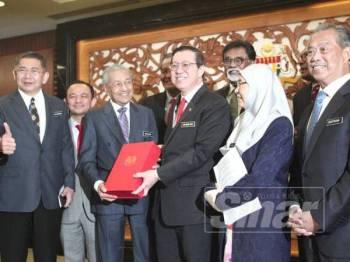 Dr Mahathir dan Guan Eng memegang dokumen Belanjawan 2020. Turut kelihatan Timbalan Perdana Menteri, Datuk Seri Wan Azizah Wan Ismail dan jemaah menteri pada pembentangan Belanjawan 2020 di Parlimen hari ini. - Foto ZAHID IZZANI
