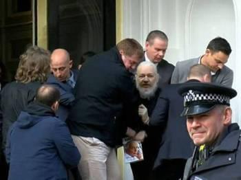 Julian Assange (tengah) ketika diheret keluar dari kedutaan Ecuador di London pada April lalu. - Foto Ruptly