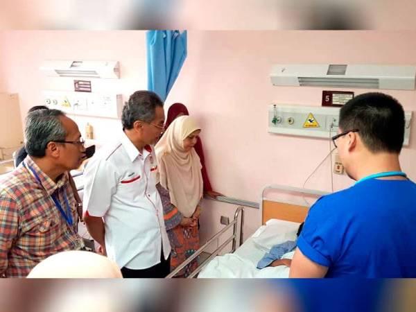 Dzulkefly melawat mangsa cedera yang kini masih menerima rawatan di wad Hospital Putrajaya.