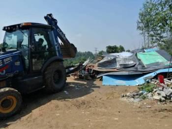 Bangsal yang menjadi kawasan rehat tapak pelupusan sampah haram itu dirobohkan MPS dalam satu operasi di Ulu Yam di sini.
