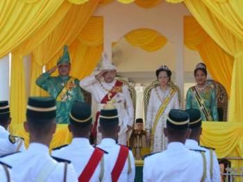 Raja Perlis Tuanku Syed Sirajuddin Ibni Almarhum Tuanku Syed Putra Jamalullail memberikan tabik hormat kepada anggota perbarisan di Istana Arau hari ini.