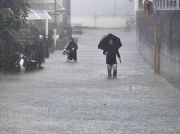 Jalan raya di Shizuoka digenangi air selepas Taufan Hagibis yang membawa hujan lebat dan angin kencang membadai jepun hari ini.
