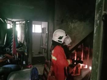 Kerja-kerja pemadaman dan pemantauan dilakukan anggota bomba.