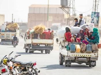 Penduduk puak Kurdish melarikan diri selepas Turki meningkatkan operasi ketenteraan mereka di timur laut Syria semalam. - Foto: AFP