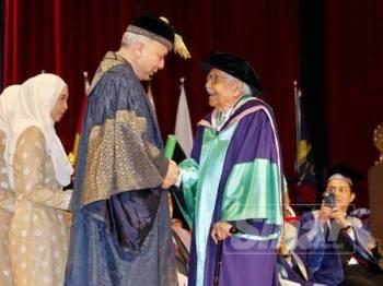 Sultan Nazrin berkenan menyampaikan sijil Ijazah Kedoktoran Falsafah Sastera dan Sains Sosial kepada Tun Daim Zainuddin pada Majlis Istiadat Konvokesyen UM ke-59 di Kuala Lumpur. -Foto Sinar Harian ZAHID IZZANI
