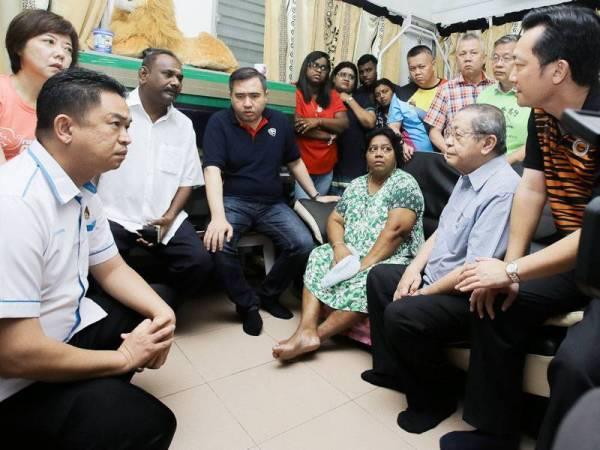 Loke Siew Fook (duduk, empat dari kiri) dan Lim Kit Siang (duduk, dua dari kanan) bertanya khabar isteri Gunasekaran, J Arul Merry (duduk, tiga dari kanan).