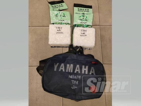 Beg galas berwarna biru yang dicampakkan oleh suspek ke atas jalan.