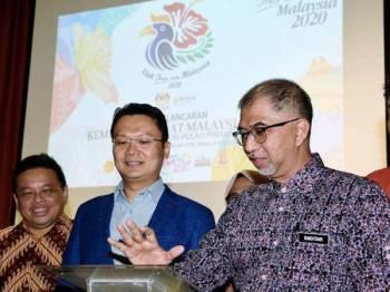 Muhammad Bakhtiar (dua dari kanan kanan) ketika perasmian Kempen Melawat Malaysia 2020 peringkat negeri Pulau Pinang di sini malam tadi. - Foto Bernama