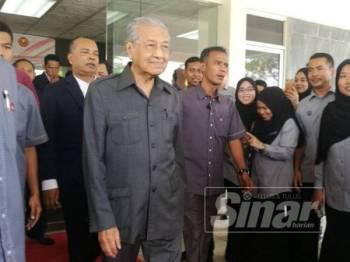 Dr Mahathir ketika tiba untuk sidang media di Pejabat Lembaga Pembangunan Langkawi hari ini.