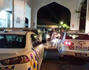 Anggota polis sewaktu melakukan tangkapan di Masjid Geliga, tengah malam tadi.