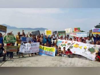 Lebih 100 penduduk dan Gabungan NGO, Rakan Segari membantah cadangan pembinaan loji penapisan minyak.