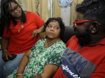 Annun (kiri) bersama ibu serta abangnya berharap bapanya dapat dibebaskan.