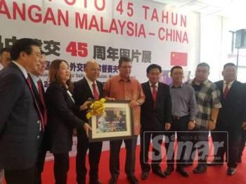 Atur cara simbolik penyerahan cenderahati sambutan hubungan perdagangan Malaysia-China pada pameran Foto 45 Tahun Kegemilangan Malaysia-China di Kuantan hari ini.