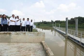 Dr Sahruddin ketika membuat lawatan kerja meninjau 'log boom' di Sungai Skudai hari ini.