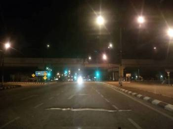 Ular sawa sepanjang tiga meter yang menyusuri jalan berhampiran lampu isyarat Tesco awal pagi tadi. Foto: Ihsan pembaca