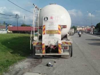 Motosikal yang dinaiki tiga mangsa telah melanggar bahagian belakang lori tangki yang diletakkan di bahu jalan di Tapah hari ini.