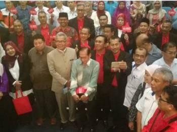 Mohd Redzuan bersama ahli jawatankuasa penaja dan ahli pada majlis tersebut di Auditorium Angkasa hari ini.