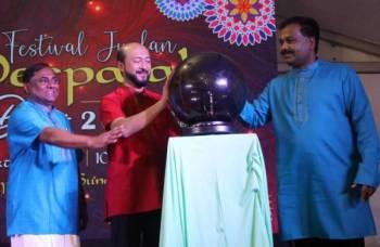 Mukhriz (tengah) merasmikan Majlis Penutup Festival Jualan Deepavali Peringkat Negeri Kedah Tahun 2019.