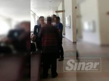 Tertuduh (tengah) membuat pengakuan selepas pendakwaan dibacakan di hadapan Hakim Murtazadi Amran.